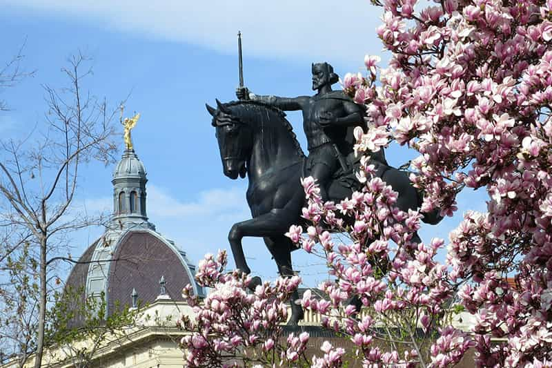 Zagreb tour - Zagreb walk'n'talk Tour - statue of king Tomislav at king Tomislav square